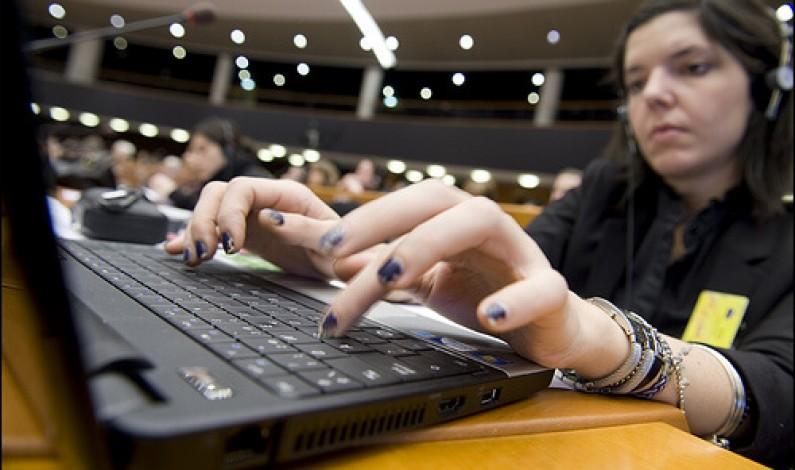 Polacy spędzają ponad dobę w internecie