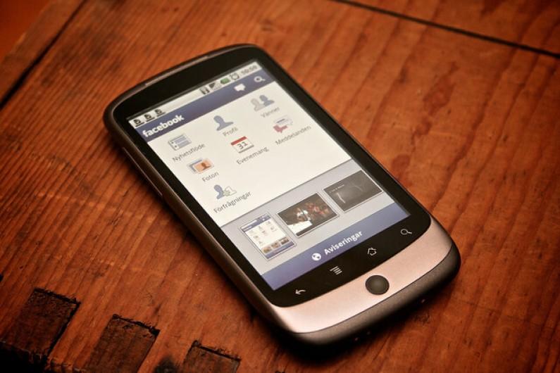 Kobiety wybierają w smartfonach Facebooka, a mężczyźni kierują się chętniej na NK