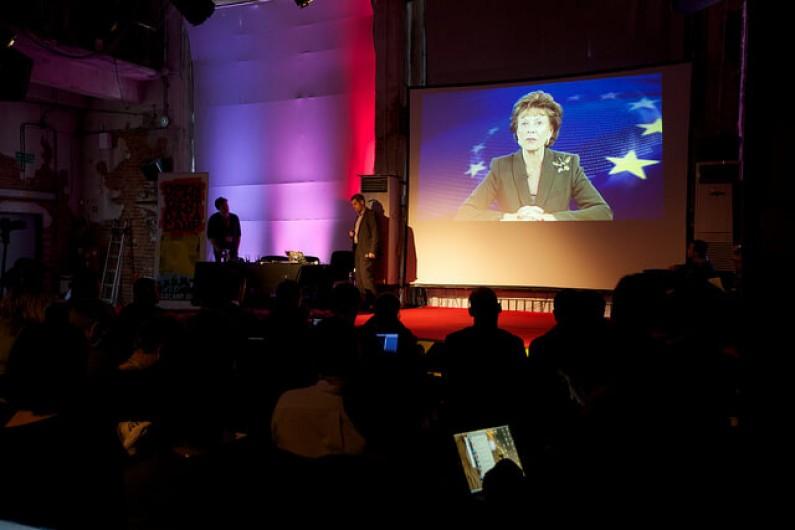 Unia Europejska chce ułatwień w dostępie do danych z sektora publicznego. Na nowych regulacjach zyskają użytkownicy smartfonów?