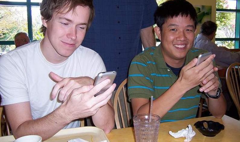Facebookowicze porzucają desktopową wersję serwisu na rzecz mobilnej