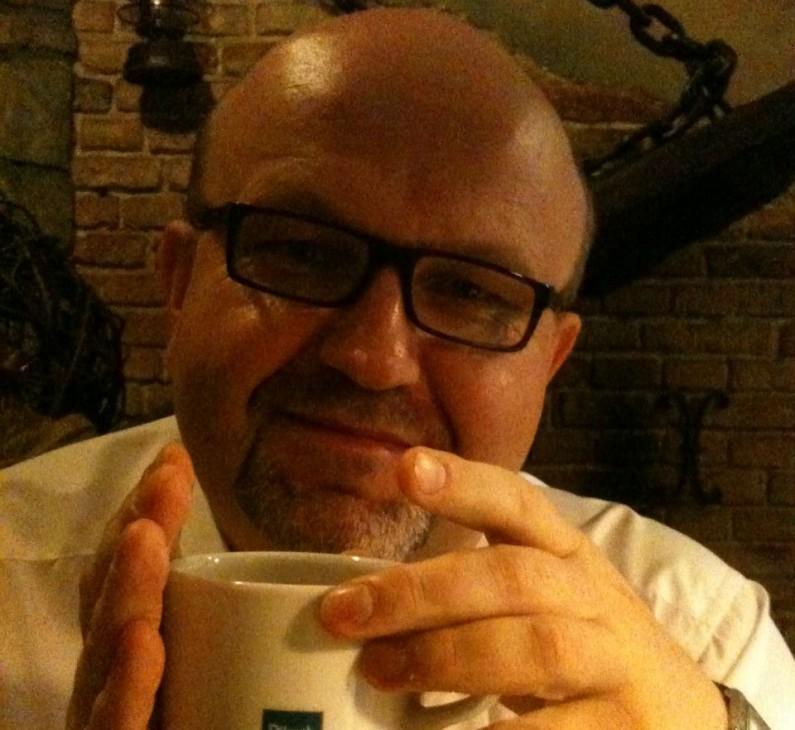 Eryk Mistewicz: Na bezludnej wyspie szukałbym zasięgu, aby móc skorzystać z Twittera