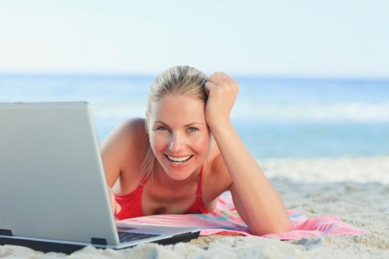 Wakacje w internecie: rezerwujemy online, później spędzamy surfując w sieci