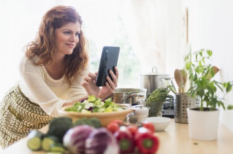Social cooking: polskie studentki gotują z Facebookiem, a mężczyźni z YouTube