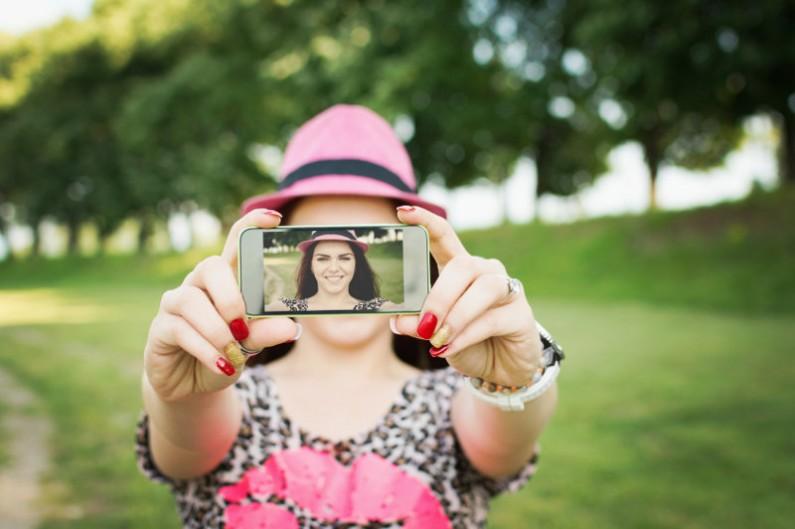 Milenialsi w mediach społecznościowych. Dlaczego chcą obserwować marki w internecie?