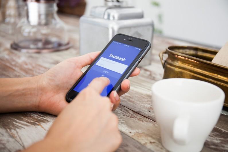 Wie gdzie się znajdujesz i podpowiada znajomych. Jaka jest prawda o namierzaniu nas przez Facebooka?