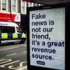 Brytyjski artysta uliczny modyfikuje treść plakatów reklamowych Facebooka