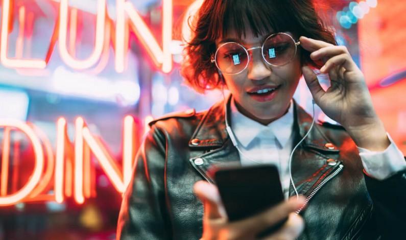 Instagram inspiruje, a Facebook izoluje. Z jakimi emocjami kojarzymy aplikacje social media?