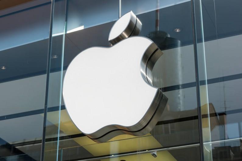 Facebook i Google podpadły Apple. Dlaczego firma wycofuje im certyfikaty?