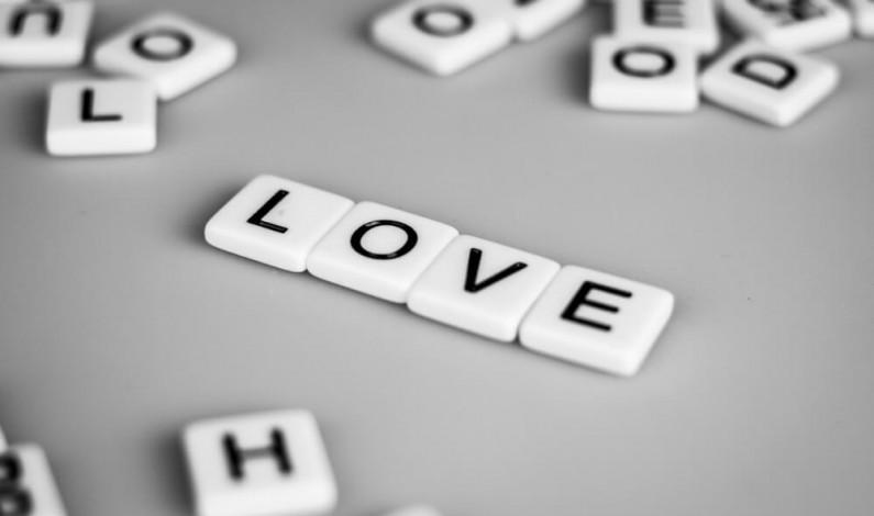 Facebook rozszerza testy słów kluczowych w grupach