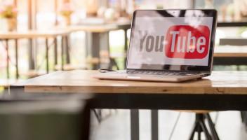 W jaki sposób serwis YouTube walczy z dezinformacją?