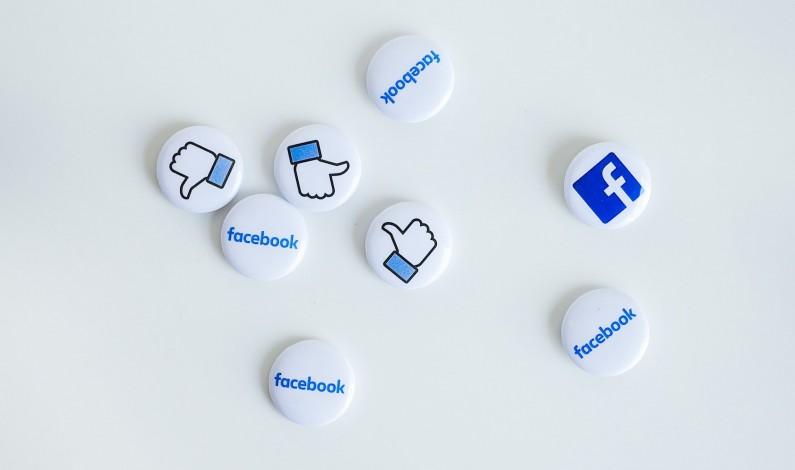 """Facebook z dużym przyciskiem """"F"""" w aplikacji?"""