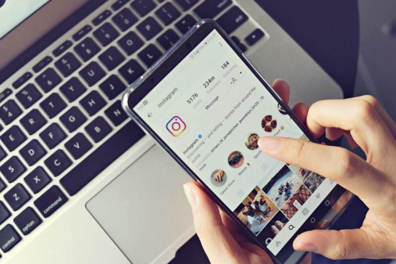 Instagram testuje nowe naklejki dla profili biznesowych w Stories