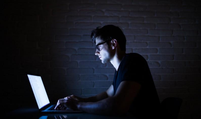 Połowa pracowników ogląda treści dla dorosłych na urządzeniach do pracy zdalnej