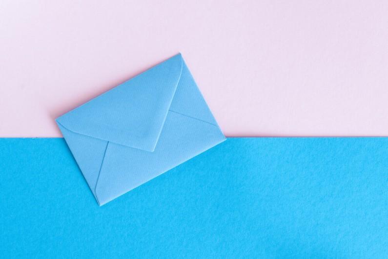 Pokolenie Z chętniej odbiera listy tradycyjne niż maile, o czym mówi najnowszy raport