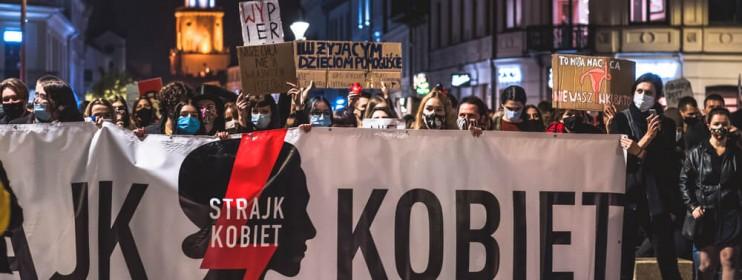 Internet na transparentach Strajku Kobiet