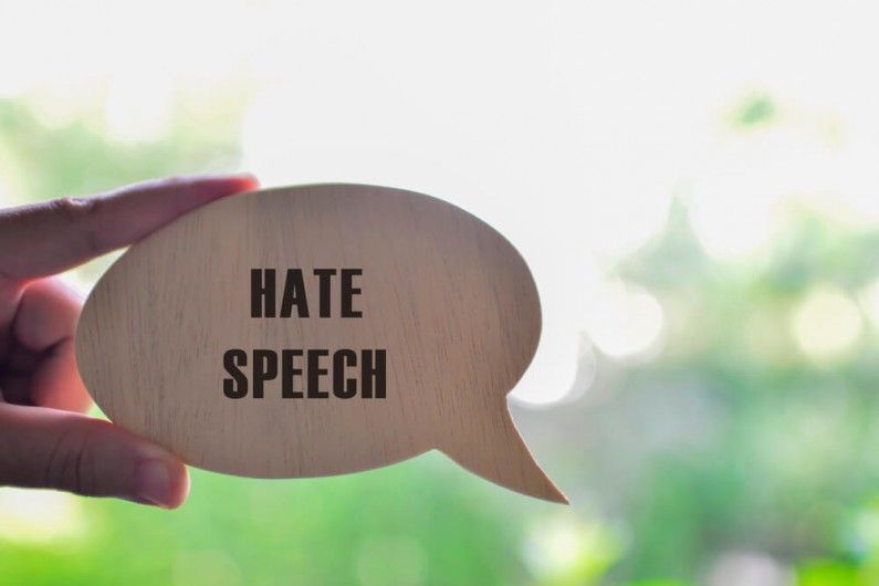 Młodzi ludzie są coraz bardziej narażeni na mowę nienawiści w internecie