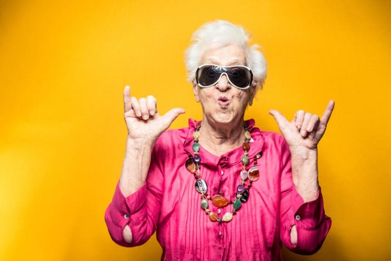 Starsi użytkownicy social media. Co robi senior na Facebooku?