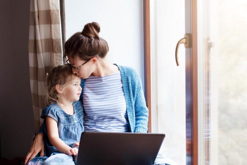 Rodzic pozostający w domu – nowe tytuły stanowisk na LinkedIn niwelujące luki w CV