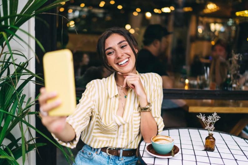 Ile selfie smartfonami robią Polacy?