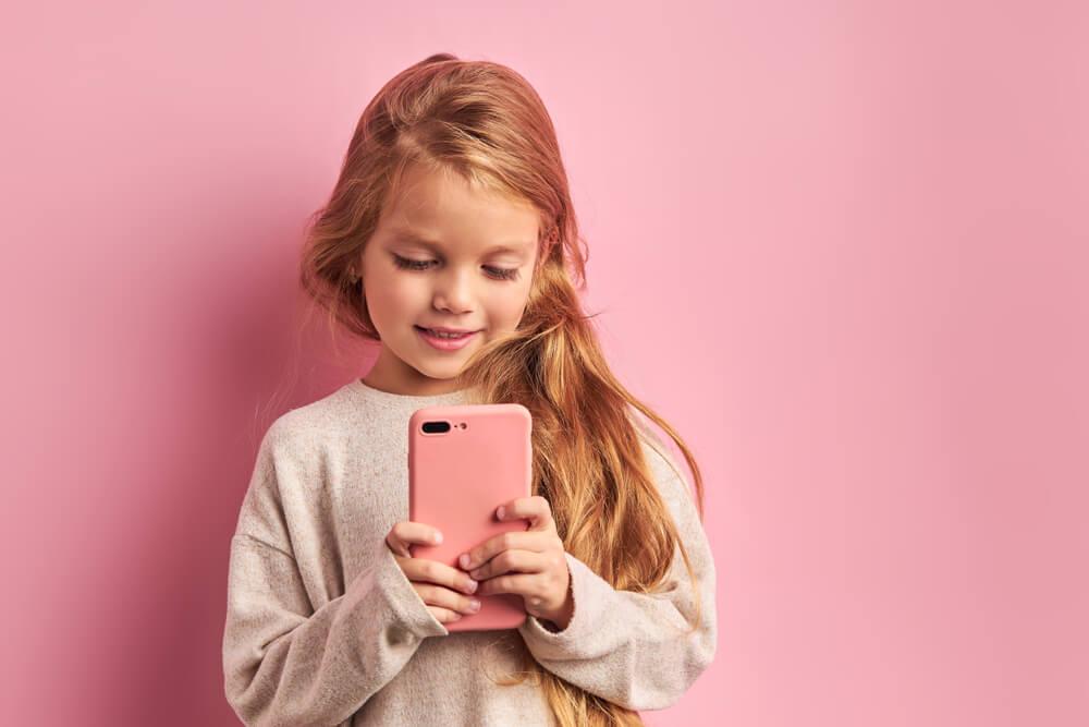dziewczynka ze smartfonem w rekach