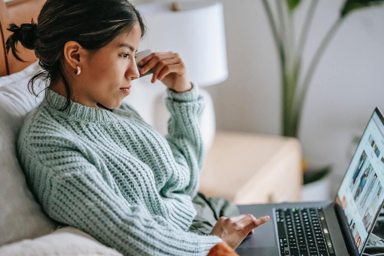 kobieta komputer reklama