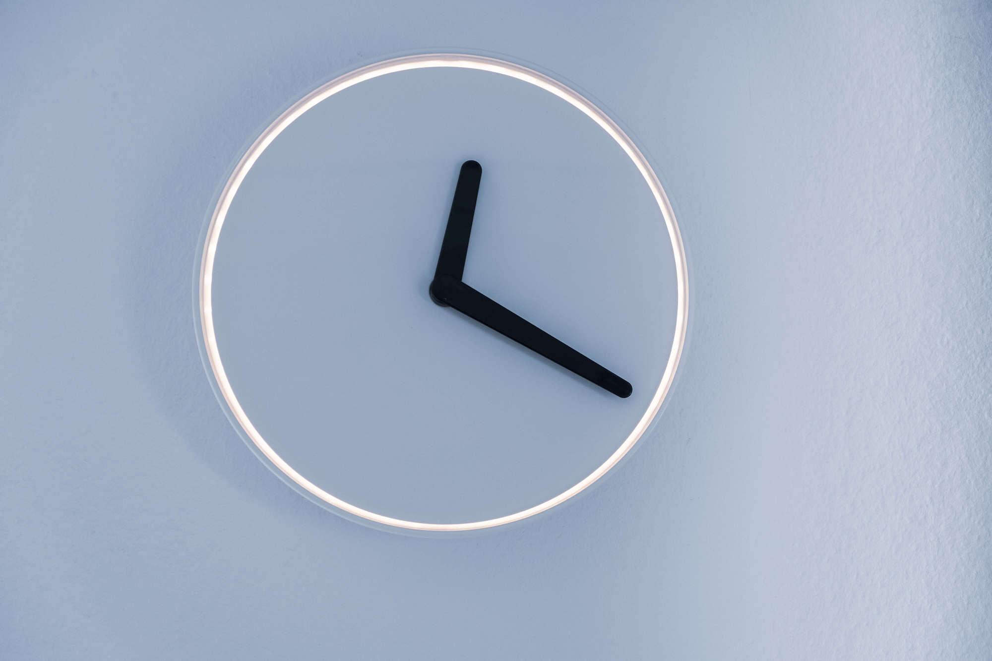 zegarek na niebieskim tle