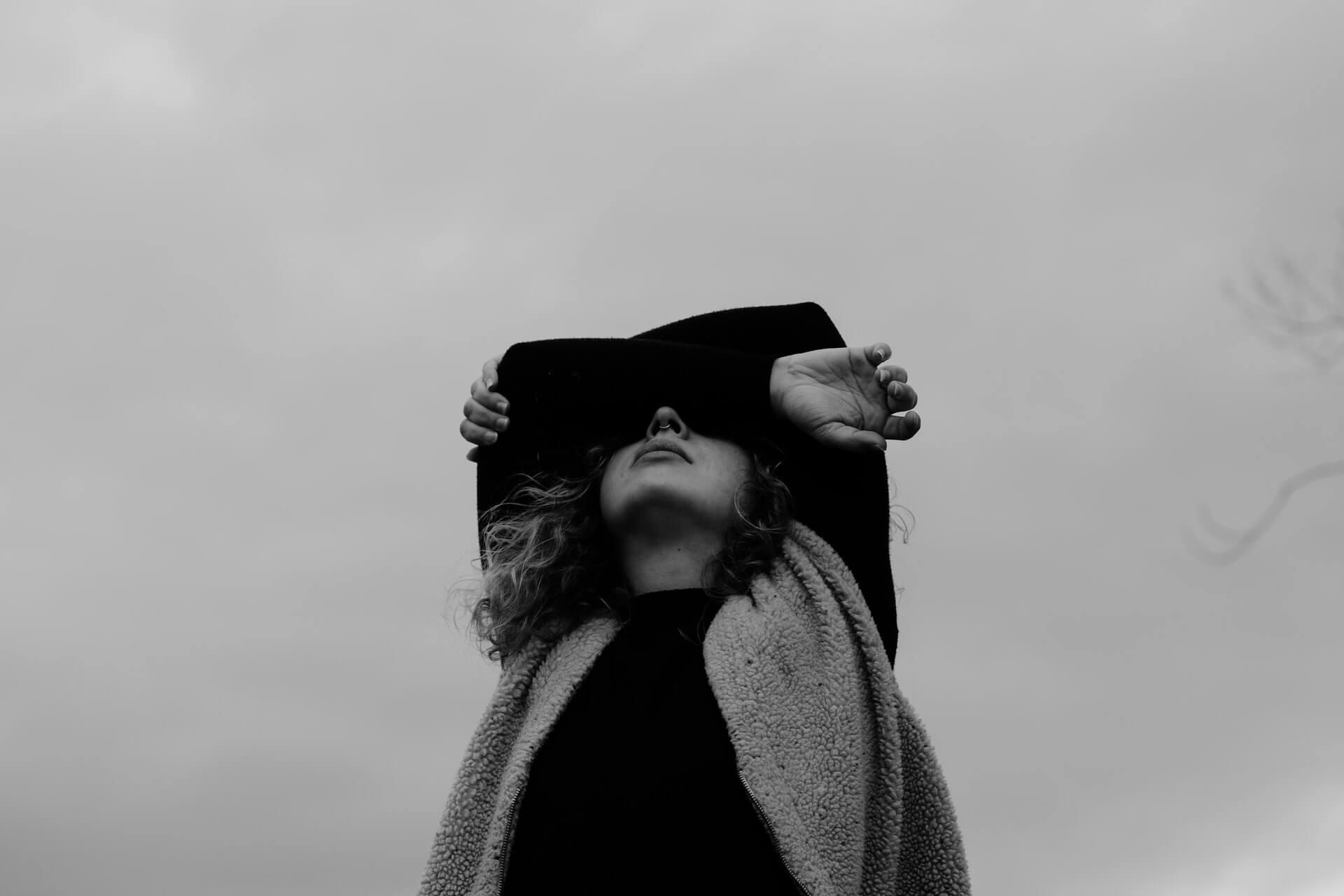 Dziewczynka zakrywająca sobie oczy rękami