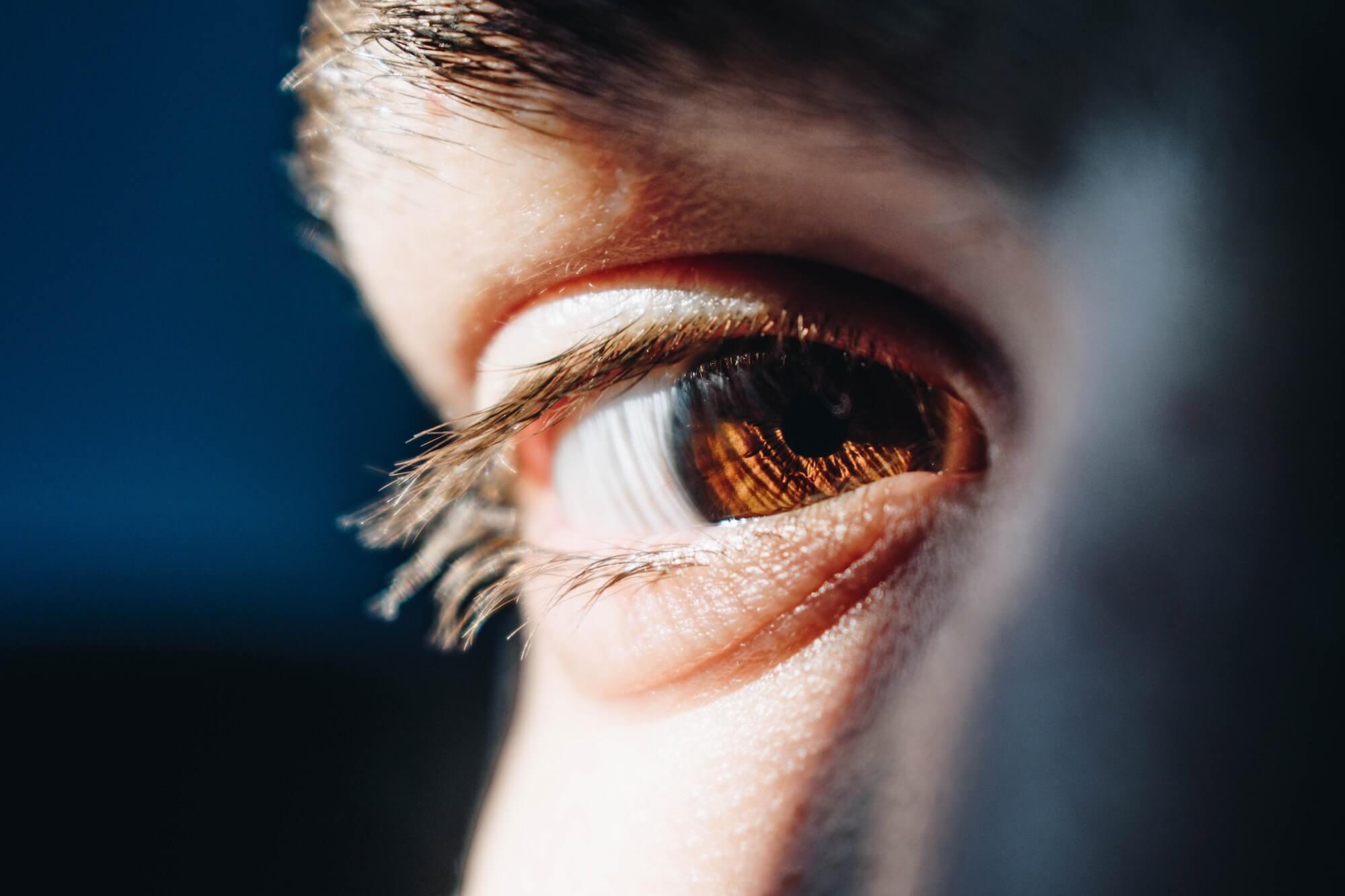 kontakt wzrokowy brązowe oko