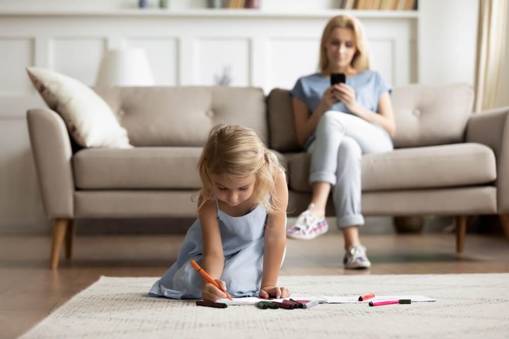 mama i córka w salonie