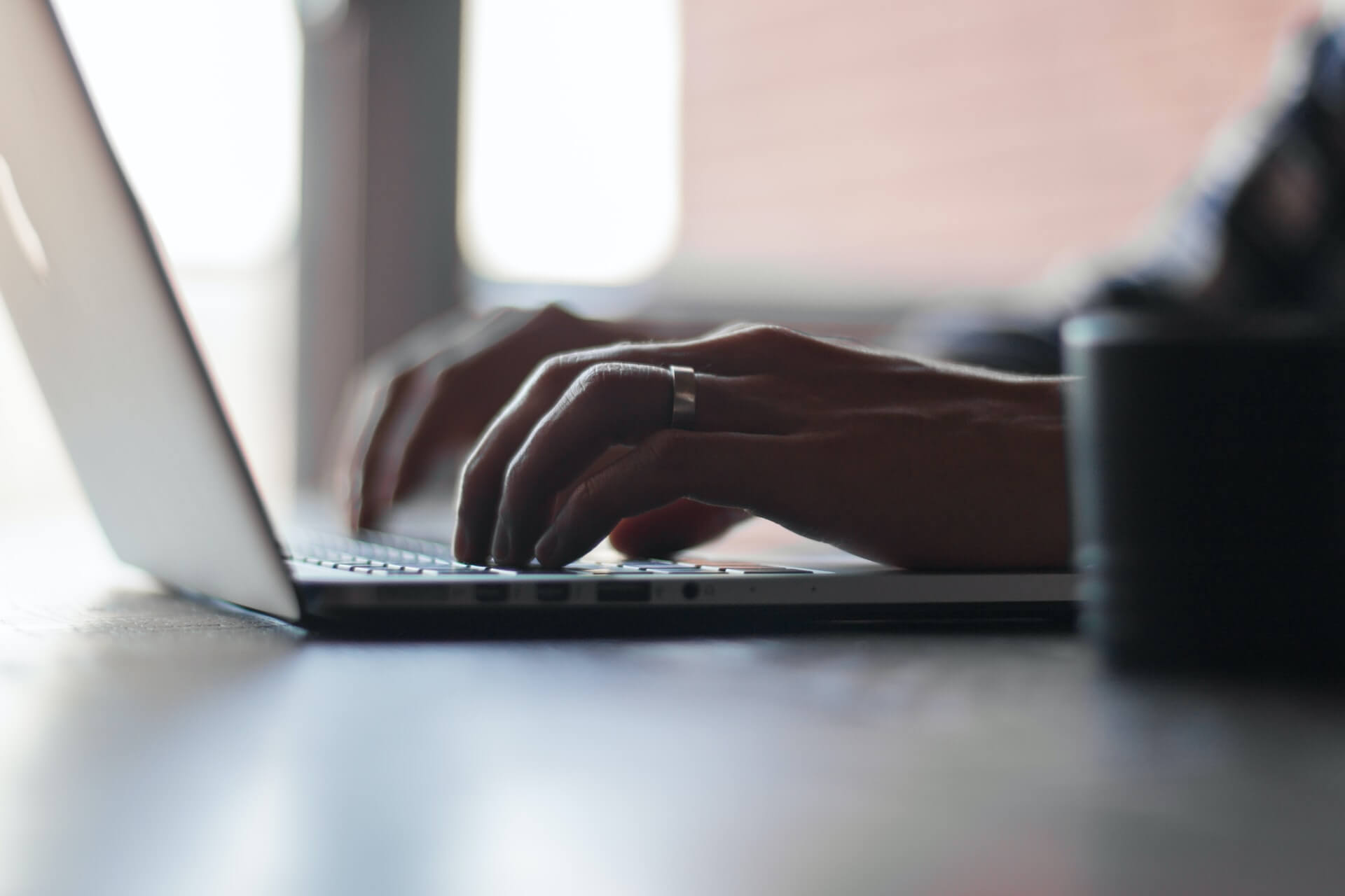 Ręce piszące na komputerze.